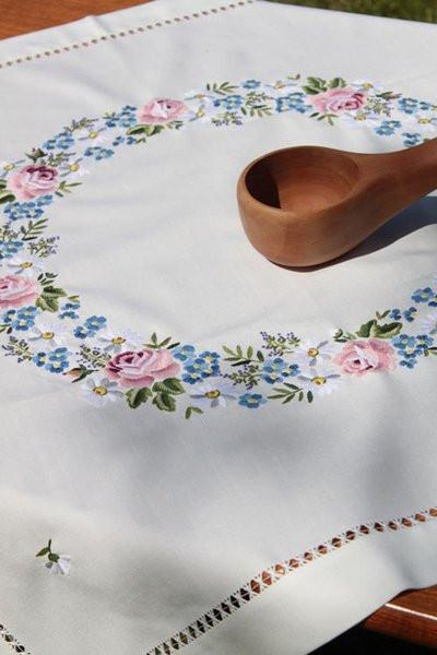 Tischdecke Kissenbezug Blumenkranz Handarbeit