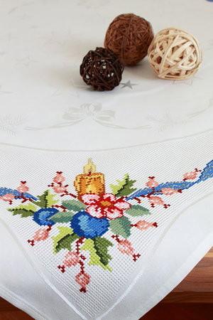 Handgestickte Weihnachtstischdecke mit Kerze u. blauem Band