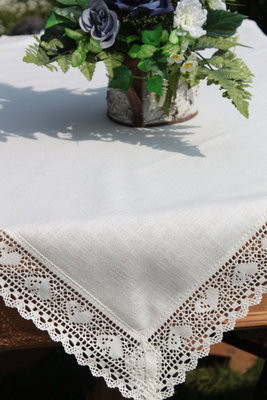 pflegeleichte Tischdecke mit Herzspitze