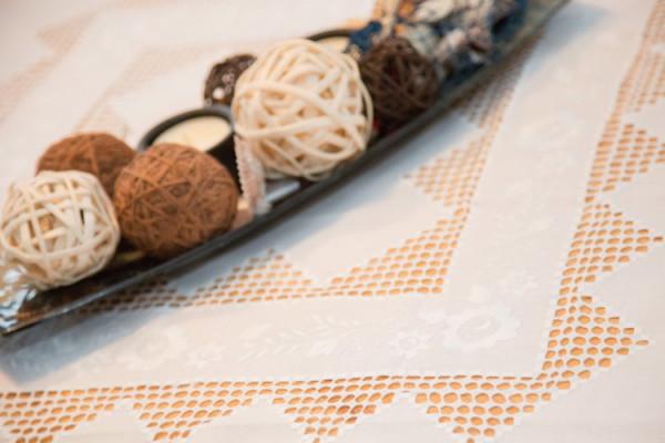 Weiße Handarbeitsdecke mit Rosenplattstich und Hardanger-Stickerei