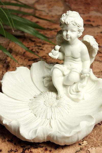 Engel mit Vögelchen auf Blumenschale