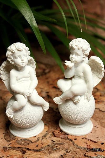 2er Set Engel auf Kugel Handkuss in groß u. klein