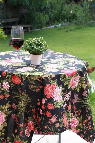 Schwarze Tischdecke oder Kissenbezug mit Blumenmuster